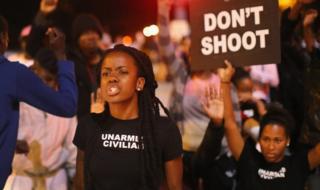 На демонстрации за права чернокожих в Сент-Луисе в 2014 году