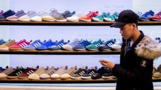 покупатель в магазине кроссовок