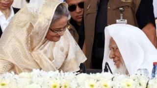 একই মঞ্চে শেখ হাসিনা এবং হেফাজত নেতা আল্লামা শফি