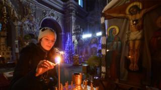 Девушка в церкви во Львове