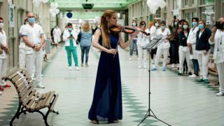 news Hospital staff watch violinist Fiamma Flavia Paolucci perform