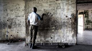 A ranar Litinin ne, wani soja daga jamhuriyar Congo ya yi zane-zane a tsohuwar fadar shugaban kasa A member of the Republican Guard is seen inside the derelict palace complex of the former president of the Democratic Republic of the Congo (former Zaire), Mobutu Sese Seko on May 15, 2017 in Nsele, some 40kms outside Kinshasa. Sese Seko was expelled by rebel forces led by Laurent-Desire Kabila in 1997 after 32 years of absolute rule. He died in Morocco three months later in May 1997. / AFP