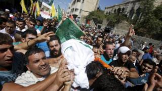 Mourners carry the body of Hadeel al-Hashlamun through Hebron in the West Bank (23 September 2015)