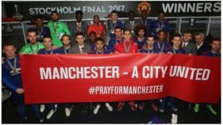 Wachezaji wa Manchester United wakiwa kwenye picha ya pamoja baada ya mchezo wa siku ya Jumatano