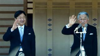 Akihito, a la derecha, deja el puesto de emperador a su hijo Naruhito, a la izquierda.