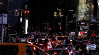 Semáforos y calles a oscuras cerca de Times Square, Nueva York