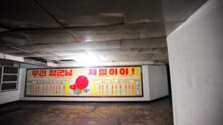 Pôster no 5º andar do hotel norte-coreano