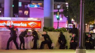 Policiais foram mortos durante protestos contra a morte de dois homens negros pela polícia
