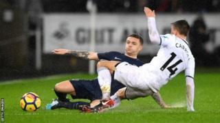 Kieran Trippier wa Tottenham na Tom Carroll bagonganye ku kibuga Liberty Stadium ca Swansea