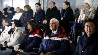 Lãnh đạo Bắc Hàn Kim Yong-nam và em gái ông Kim Jong-un là Kim Yo-jong (hàng sau), và Tổng thống Nam Hàn Moon Jae-in, Phó Tổng thống Mỹ Mike Pence và Thủ tướng Nhật Bản Shinzo Abe (hàng đầu) trên lễ đài mừng Olympics
