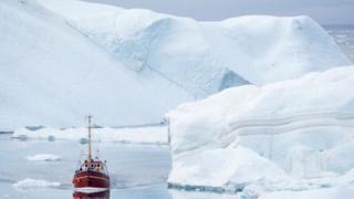 Bote en el mar congelado del Ártico