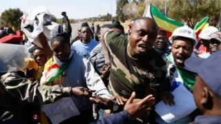 Abigaragambya bateraniye mu murwa mukuru Pretoria bamagana icyemezo cyo guha ubudahangarwa Grace Mugabe