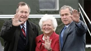 George H.W. Bush ( a hagu) da Barbara da Bush karami
