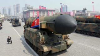 Kuzey Kore'de Nisan ayında yapılan bir askeri geçit töreni