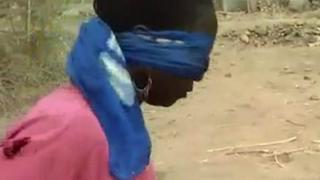 被蒙住双眼的喀麦隆妇女
