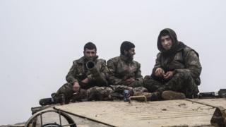 مقاتلون الأكراد من وحدات حماية الشعب الكردي