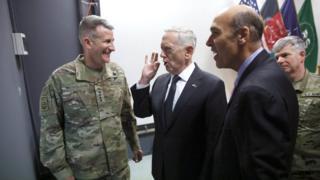 """دیدار وزیر دفاع آمریکا از مقر ماموریت """"حمایت قاطع"""" ناتو در کابل"""