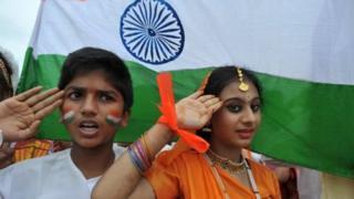 دو نوجوان در کنار پرچم هند