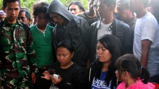 Keluarga korban tengah menunggu kabar tentang penembakan itu.