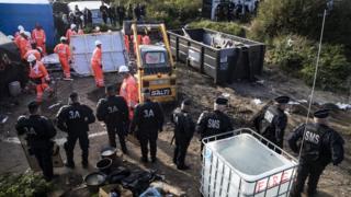 Calais mülteci kampında işçiler çadırları söküyor.