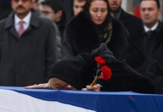 Janda Andrei Karlov, Marina menangis di atas peti matinya.