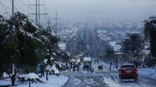 Avenida de Santiago cubierta de nieve.