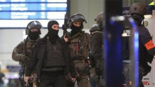 عتقلت الشرطة شخصين يشتبه بتورطهما في الهجوم، موضحة أنه قد يكون هناك مشبوهون آخرون قد تمكنوا من الفرار.