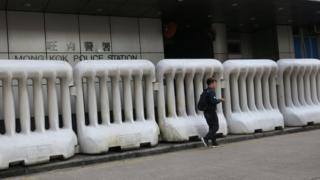 香港九龙旺角警署外之水马(3/1/2020)