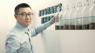 """中國最大同志社交平台Blued的創辦人耿樂接受BBC專訪,分享他如何從一位警察,成為粉紅經濟代表人物,他多年來不敢出櫃,也試過結婚,過著""""雙面人""""的生活。"""