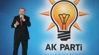 Cumhurbaşkanı Recep Tayyip Erdoğan ayakta konuşuyor