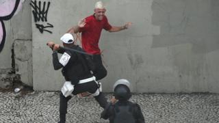 Football Police officer uses baton against a Flamengo fan. 24 Nov 2019