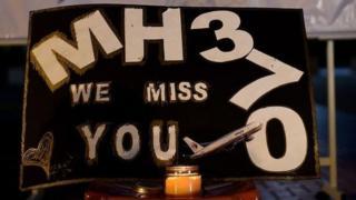 """纪念MH370的标语,上书,""""MH370我们想念你"""""""