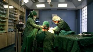 แพทย์ในห้องผ่าตัด