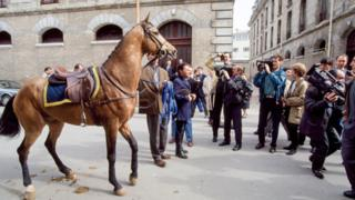 Франсуа Миттеранга тартууланган күлүктүн аты Генжим эле. Аны 1994-жылы Парижге жеткиришкен