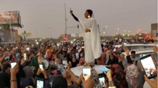 """المرأة التي وصفت بـ""""تمثال الحرية"""" السودانية"""