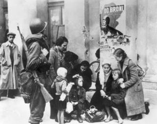 Người dân thủ đô Warsaw khi bị Đức bao vây. Quân đội Ba Lan chỉ trụ được từ 08 đến 28/09 rồi Warsaw thất thủ.