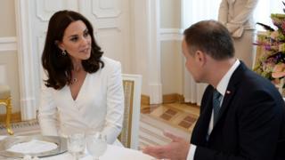 Из аэропорта герцог и герцогиня (на фото слева) Кембриджские отправились на официальный завтрак в президентский дворец, где их встретил Анджей Дуда (справа)