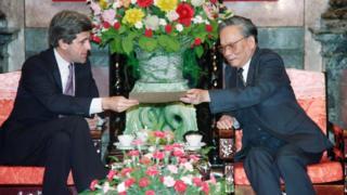 Thượng Nghị sỹ Mỹ John Kerry trao cho ông Lê Đức Anh, Chủ tịch nước lúc đó, bức thư từ Tổng thống George Bush. Hình chụp tháng 11/1992.