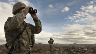 Guardia nacional con binoculares