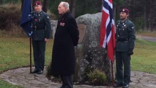 Norwegian veteran Erling Lorentzen and serving soldiers at Glenmore
