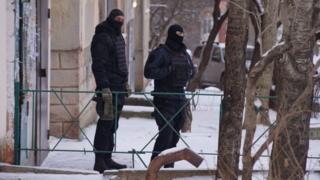 Люди в масках у дома Эмиля Курбединова