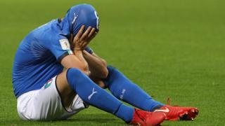 La reacción del centrocampista italiano Alessandro Florenzi tras la derrota...