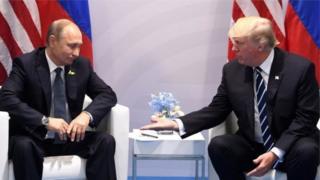 การหารือกันอย่างเป็นทางการครั้งแรกของประธานาธิบดีวลาดิเมียร์ ปูตินของรัสเซีย (ซ้าย) กับประธานาธิบดีโดนัลด์ ทรัมป์ของสหรัฐฯ ในระหว่างการประชุมจี 20 ที่ประเทศเยอรมนี