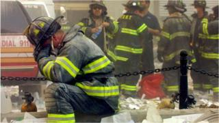 Un bombero toma una pausa en el World Trade Center (11/09/01)