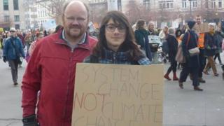 David, 13 ans, manifeste pour le climat avec son père à Bruxelles.
