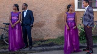 Des couples lors d'un mariage