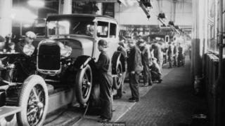Các nhân viên dây chuyền lắp ráp trong nhà máy Ford Motor Company ở Dearborn, Michigan