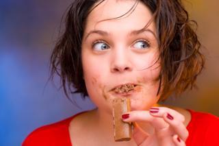 Mujer comiendo chocolates