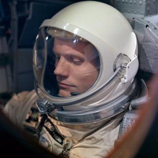 Neil Armstrong en su traje espacial.