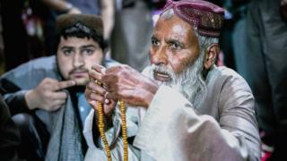 Prisionero talibán rezando.